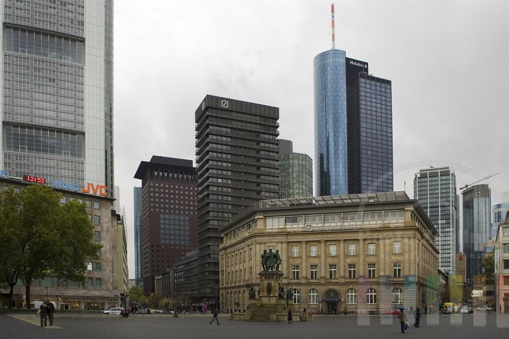 Am Rossmarkt in Frankfurt treffen alte und moderne Architektur aufeinander, fotografiert bei trüber Herbststimmung