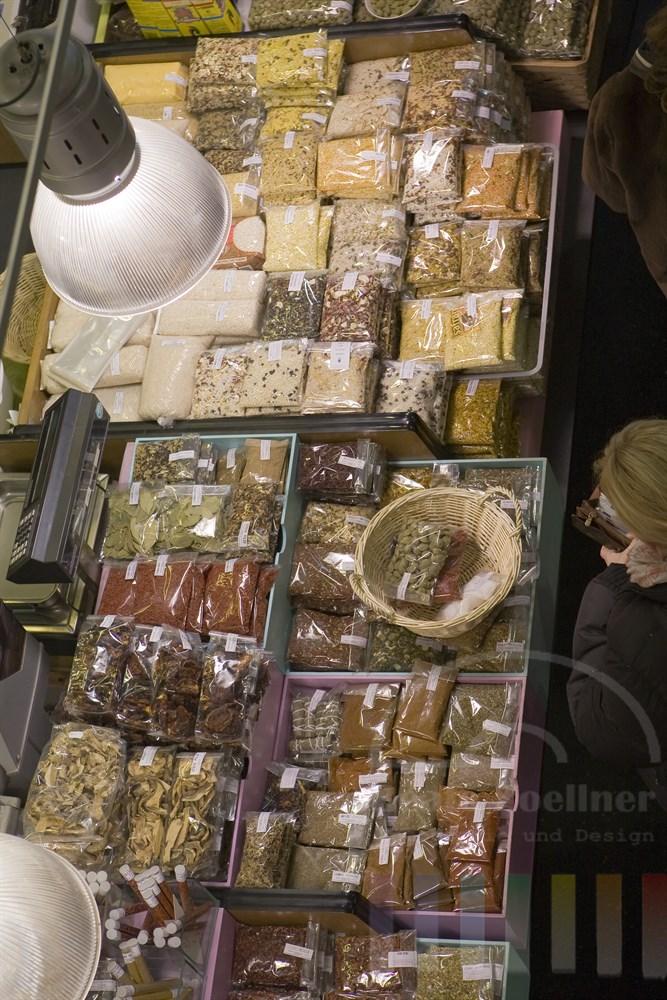 Kundin bezahlt ihren Einkauf an einem Gewürzstand in der Frankfurter Kleinmarkthalle (Sicht von oben)
