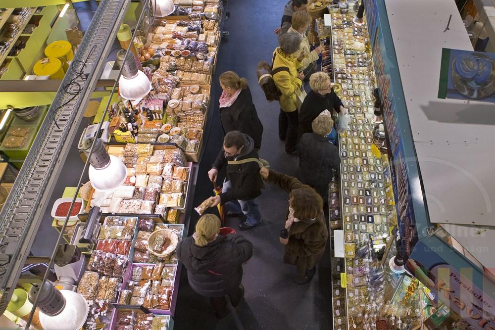 Blick von der Galerie auf Kunden und Verkaufsstände in der Frankfurter Kleinmarkthalle