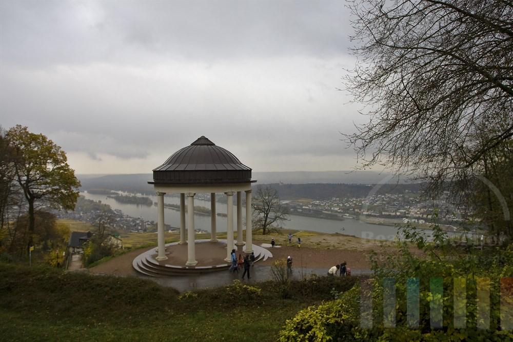 Blick über das herbstliche obere Rheintal bei Rüdesheim bei Schlechtwetter