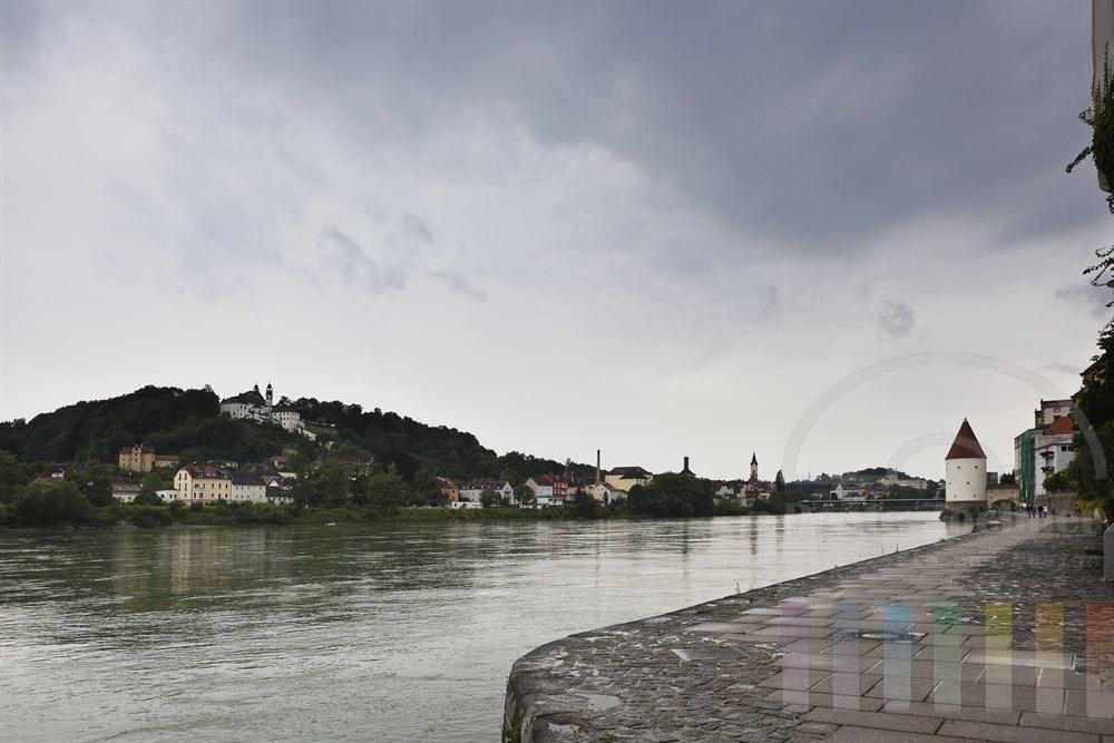 Blick von  der Passauer Altstadt auf das gegenueber liegende Inn-Ufer, regnerisch
