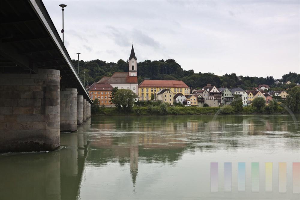Blick von der Passauer Altstadt ueber den Inn auf das gegenueber liegende Ufer, bewoelkt