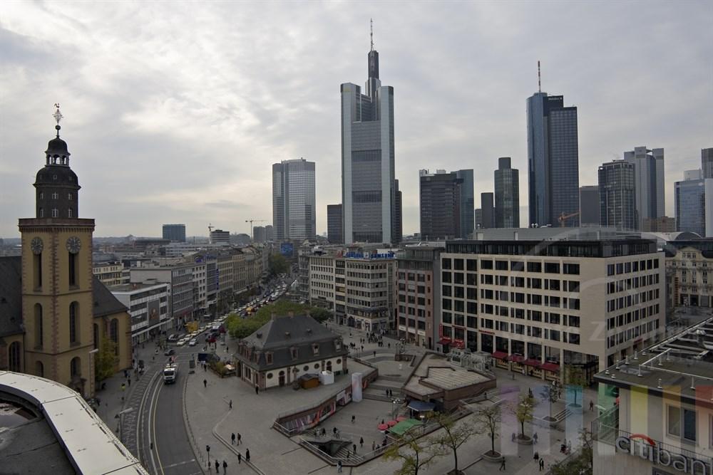 Blick auf die Hauptwache im Stadtzentrum von Frankfurt am Main, Himmel bewölkt
