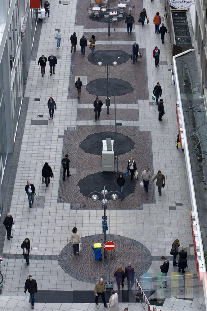 Fußgängerzone mit shoppenden Passanten