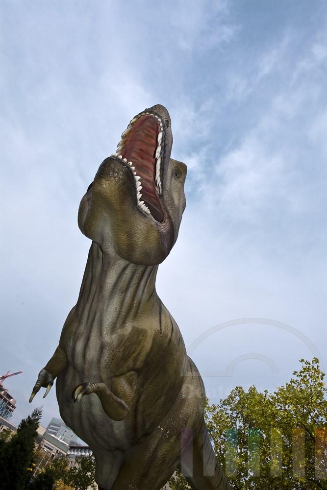 Nachbildung eines Tyrannosaurus Rex vor dem Senckenberg-Museum in Frankfurt am Main