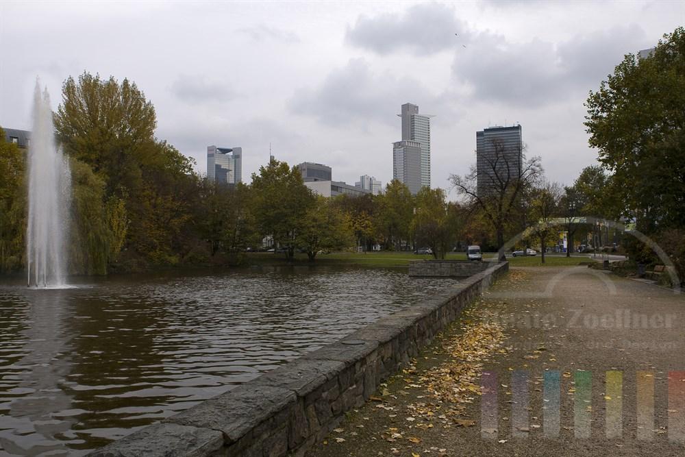 Herbstliche Ludwig-Erhard-Anlage in Frankfurt am Main mit Skyline, bewölkter Himmel