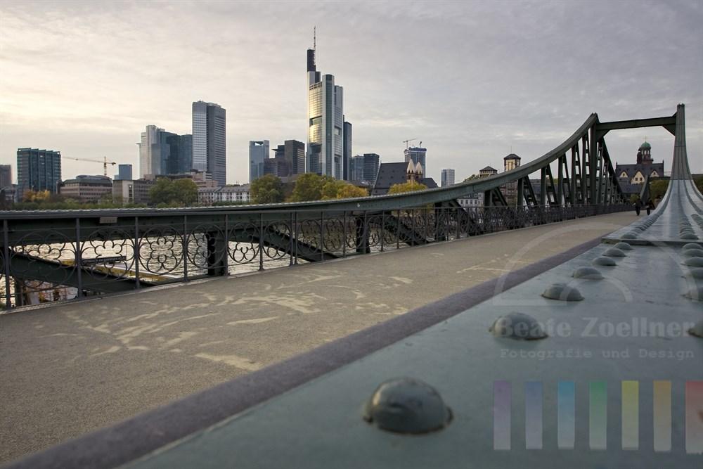 """Blick von der Bruecke """"Eiserner Steg"""" auf die Skyline von Frankfurt an einem ruhigen Herbstnachmittag"""