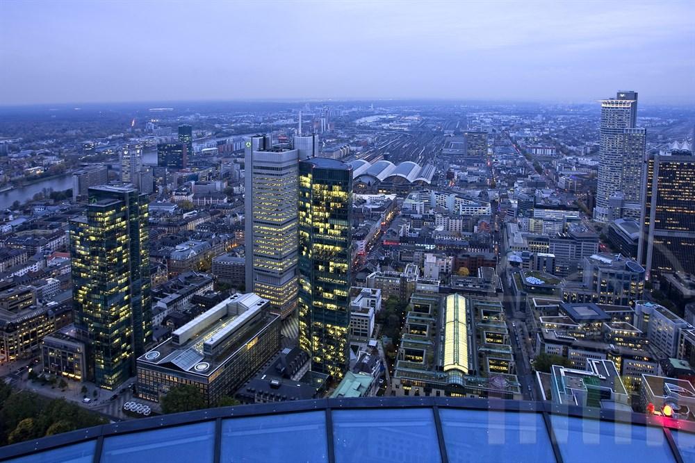 Blick auf das Bankenviertel und den Hauptbahnhof in der Frankfurter City zur blauen Stunde