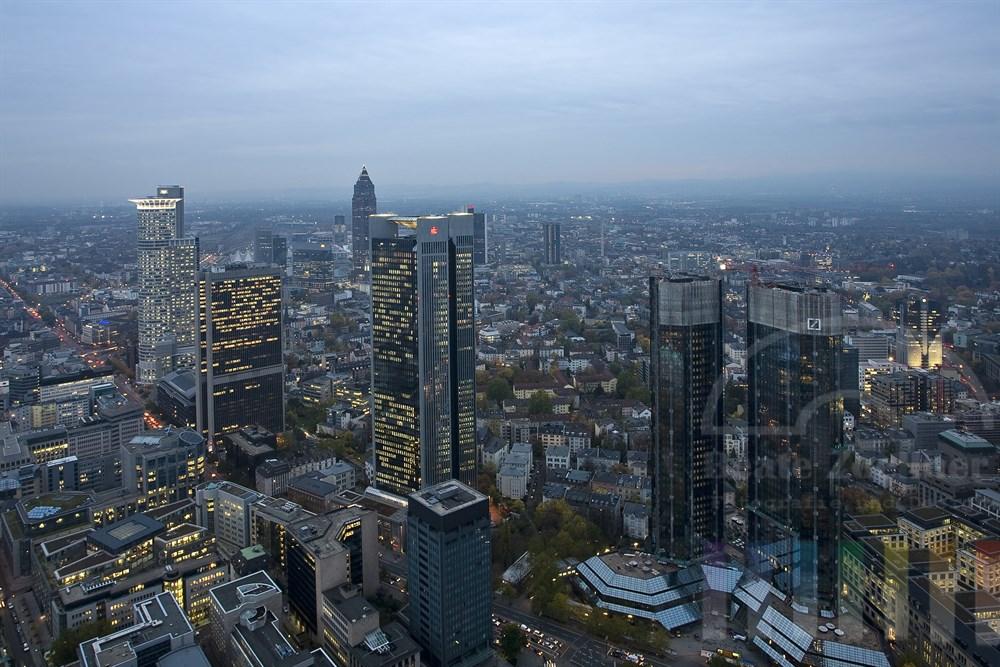Blick vom Main-Tower über das Frankfurter Bankenviertel zur Abenddämmerung