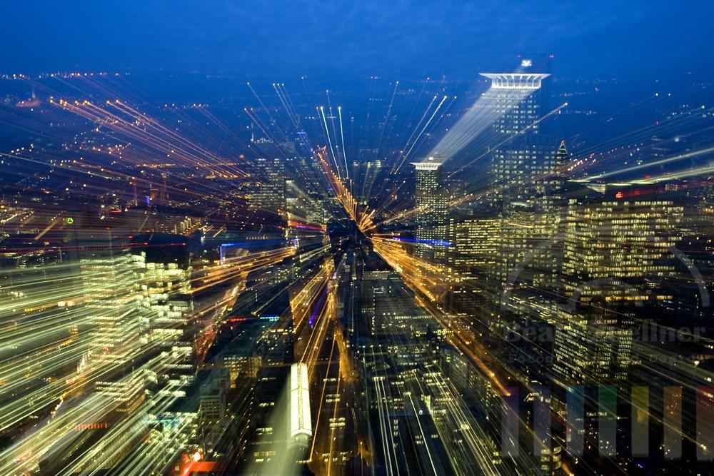 Blaue Stunde: Blick vom Main-Tower auf die Stadt Frankfurt. Während der Langzeitbelichtung wurde der Zoom betätigt