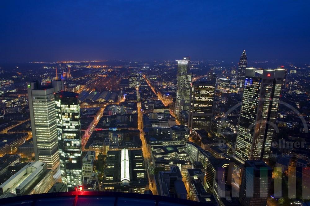 Blaue Stunde: Blick vom Main-Tower auf die Stadt Frankfurt mit seinen Hochhäusern