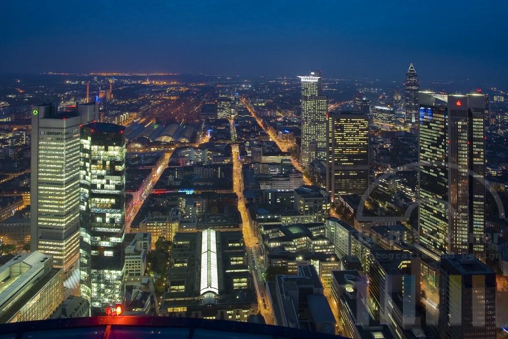 Blick vom Main-Tower auf die Lichter der Stadt Frankfurt.