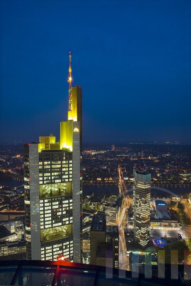 Blick vom Main-Tower zum Commerzbank-Wolkenkratzer, auf den Main und die Oper Frankfurt