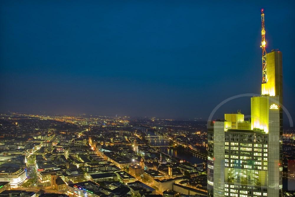Blick vom Main-Tower auf die Lichter der Stadt Frankfurt. Rechts das Gebäude der Commerzbank