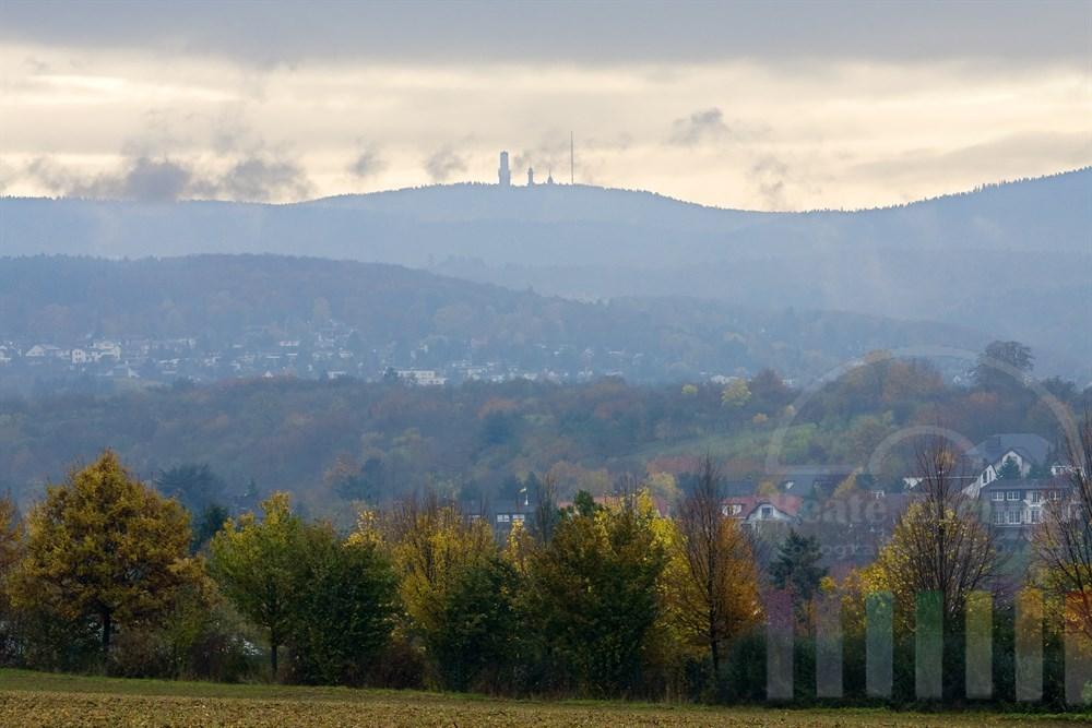 Blick über die herbstliche Landschaft bei Bad Soden am Taunus auf den Feldberg