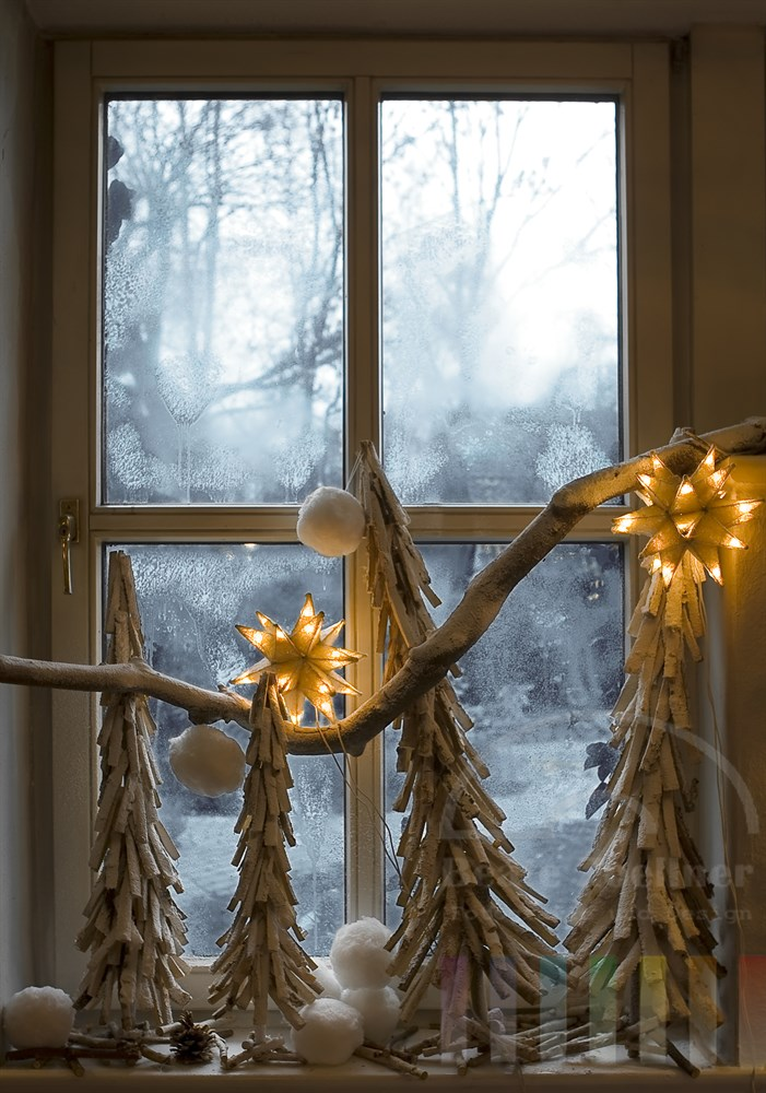 weihnachtslich dekoriertes Fenster