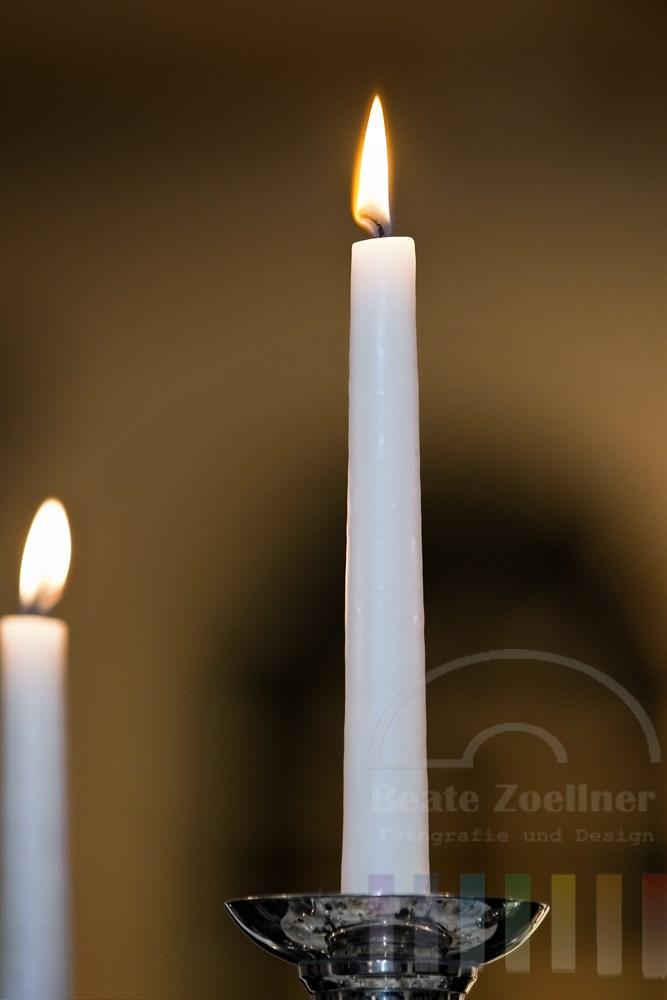 brennende weisse Kerzen