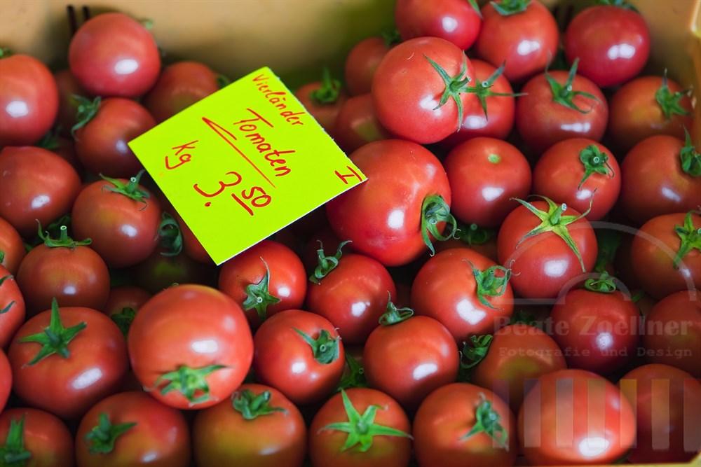 Vierländer Tomaten werden auf einem Marktstand zum Verkauf angeboten