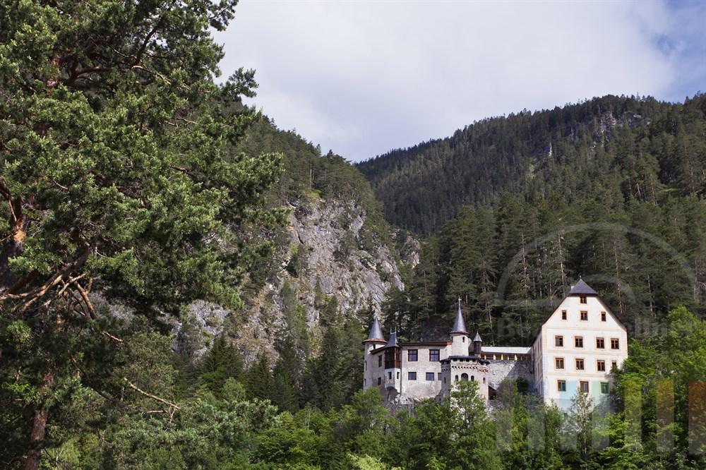 Das oberhalb der Fernpassstrasse gelegene Schloss Fernsteinsee