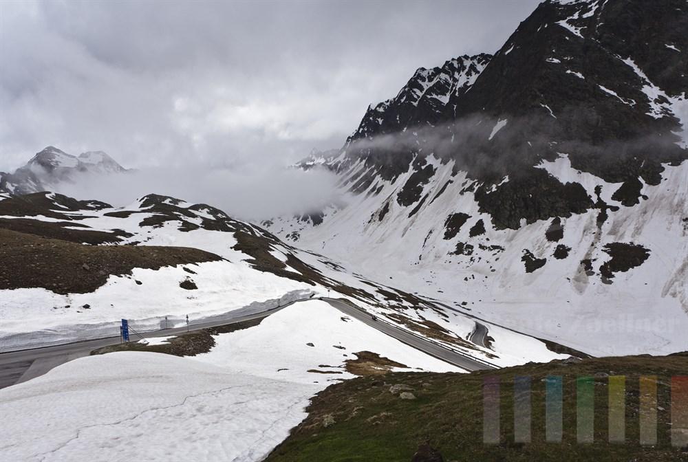 In Serpentinen führt die Passstrasse von Sölden (Österreich) hinauf zum Timmelsjoch (Passo del Rombo) bis auf 2474 Meter. Anfang Juni liegt dort noch Schnee.