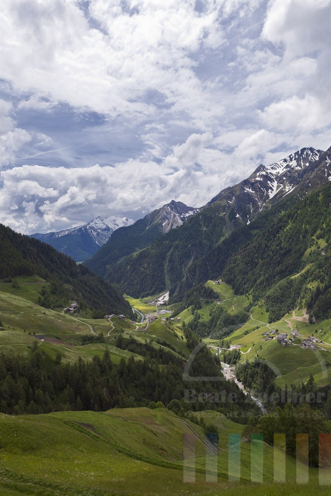 Blick von  der Timmelsjoch-Hochalpenstrasse auf das malerische, hintere Passeiertal in Suedtirol/Italien mit noch schneebedeckten Bergen, sonnig