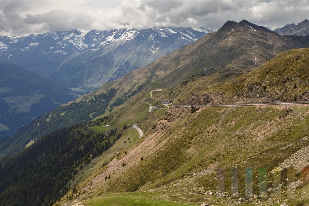 In Serpentinen führt die Passstrasse hinauf auf den Jaufenpass (2099m) in Südtirol und ermöglicht den Blick ins Passeiertal und auf die Sarntaler Alpen