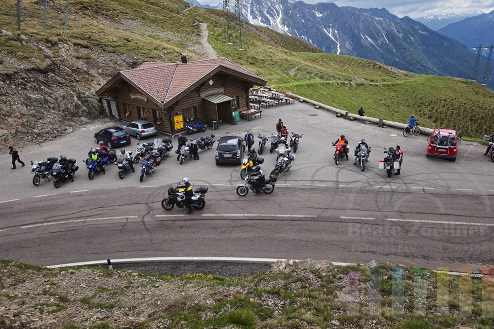 Motorradfahrer-Gruppe setzt ihre Tour nach einer Pause am Jaufenpass in 2000m Höhe fort