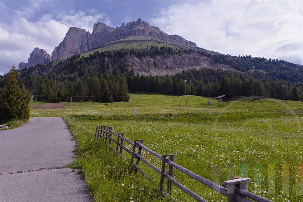 Blick von der Ortschaft Costalunga auf das Dolomiten-Bergmassiv Rosengartengruppe