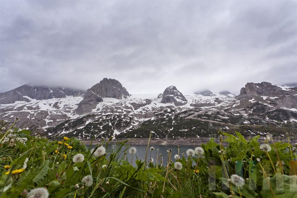 Blick vom Passo di Fedáia ueber den Stausee unterhalb des Marmolada-Massivs in Suedtirol, regnerisch