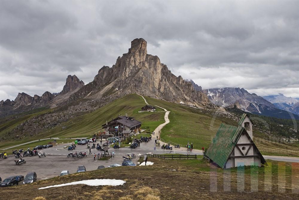 """Grandiose Bergkulisse mit deer Felsnadel """"Ra Gusela"""" auf dem Passo Giau auf 2233 m Hoehe. Die Passhoehe ist ein beliebter Treffpunkt für Biker. In der Naehe liegt der Ort Cortina d´Ampezzo"""