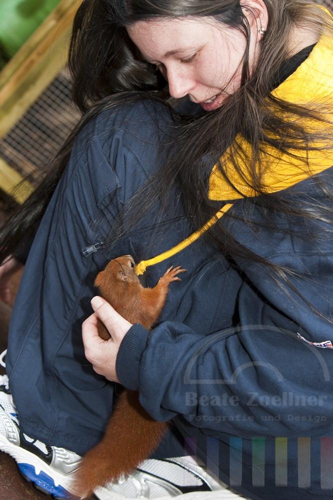Nach der ersten Exkursion in die Freiheit kehrte Sweetie nochmal zu ihrer Ziehmutter zurück - für eine letzte Umarmung