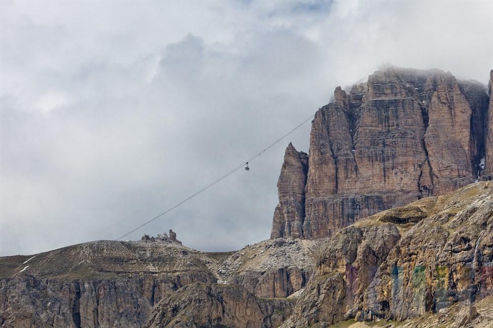 Gondelbahn führt vom Passo Pordoi hinauf zum Gipfel des Pordoi-Joch in knapp 3000m Höhe in den Dolomiten