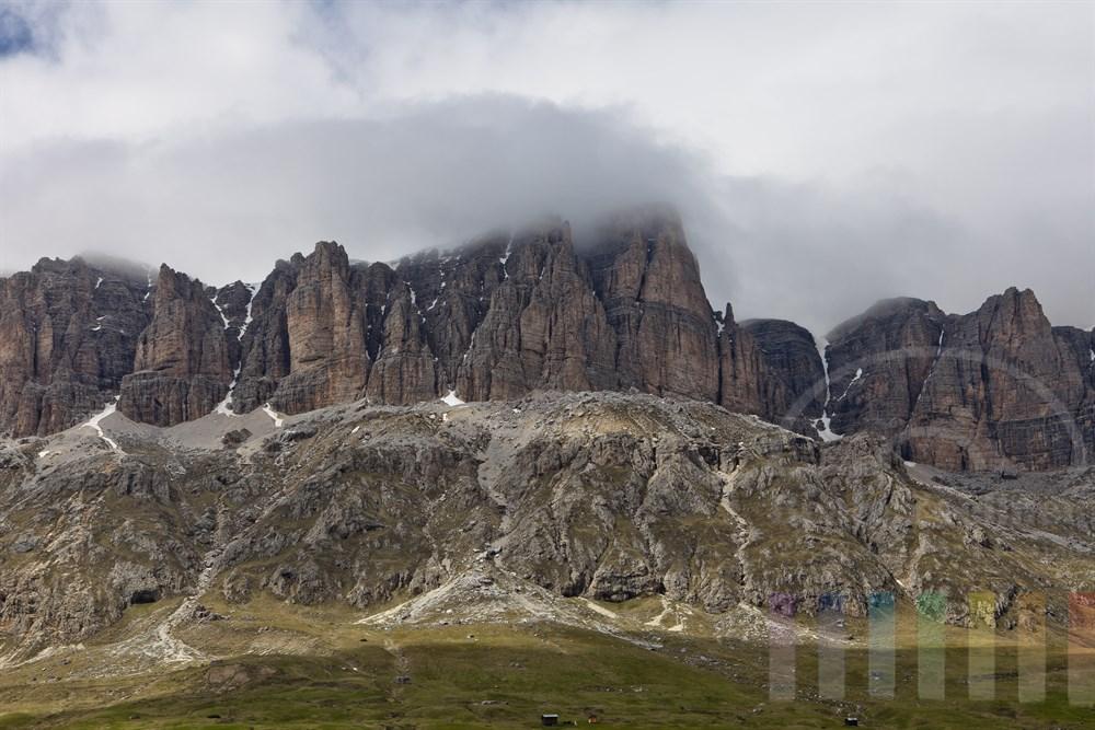 Das Bergmassiv der Sella-Gruppe in den Dolomiten, sonnig mit Wolken