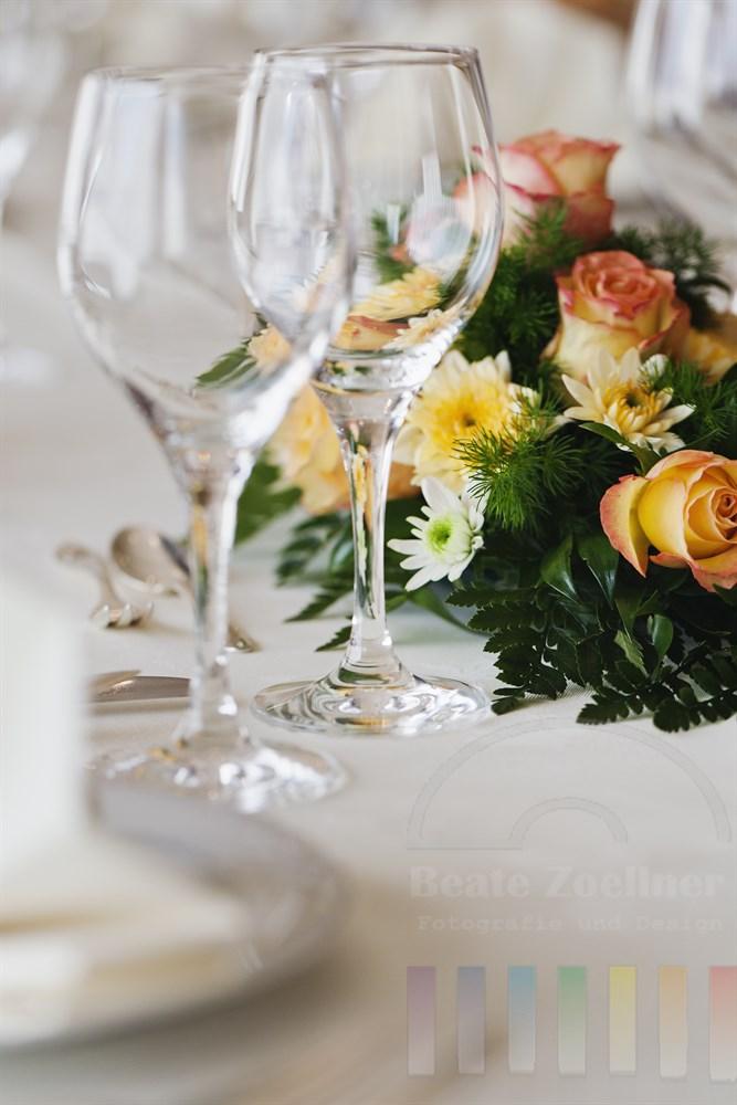 festlich gedeckter Tisch mit Blumendekoration