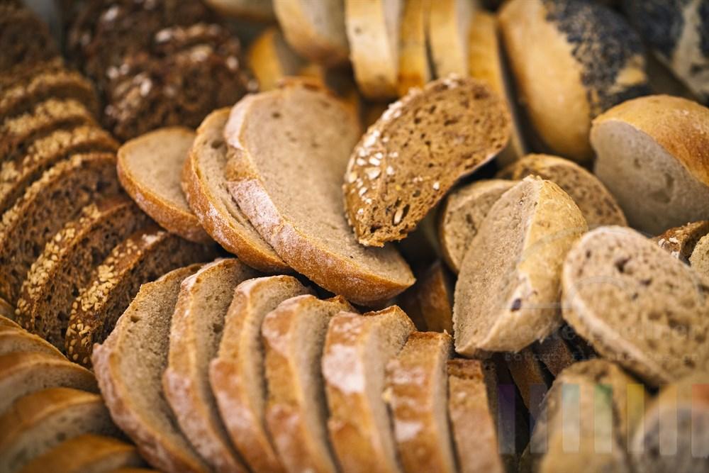 verschiedene Sorten Brot in Scheiben geschnitten