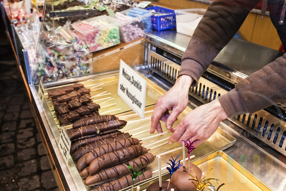 Schoko-Bananen in der Auslage eines Markstandes auf einem Jahrmarkt