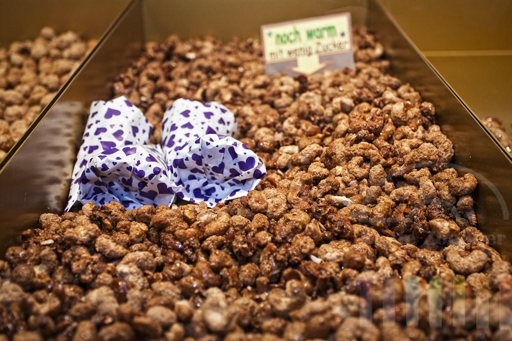 geröstete Cashew-Nüsse in der Warenauslage eines Marktstandes
