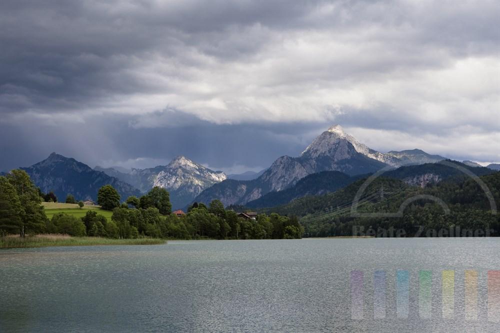Gewitterwolken über dem Weissensee im Ostallgäu nahe der deutsch-österreichischen Grenze