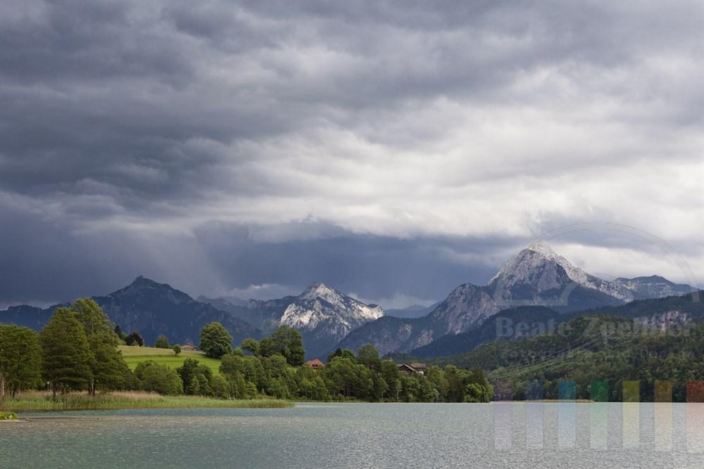 Gewitterwolken über dem Weissensee im Ostallgaeu nahe der deutsch-oesterreichischen Grenze