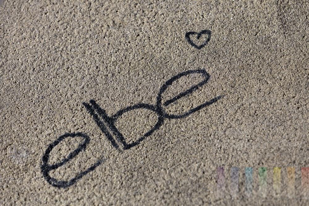 """Schriftzug """"elbe"""" verziert mit einem Herzen auf Beton am Elbstrand in Hamburg-Blankenese"""