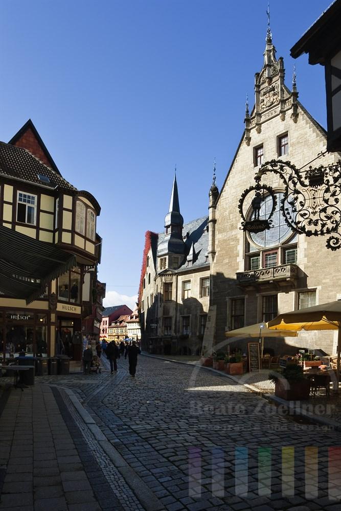 Seitenansicht des historischen Rathauses (rechts) der Stadt Quedlinburg