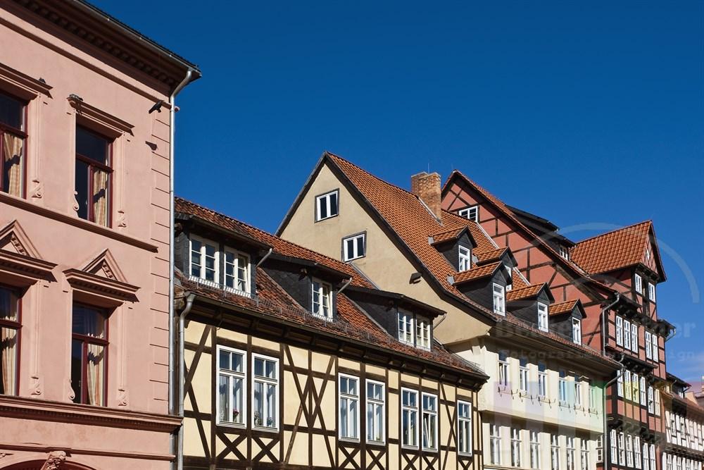 restaurierte Hausfassaden am Marktplatz der historischen Stadt Quedlinburg
