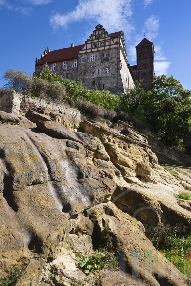 Stiftskirche St. Servatius auf dem Schlossberg in Quedlinburg. Im Vordergrund ist der Sandstein sichtbar, aus dem der Schlossberg besteht