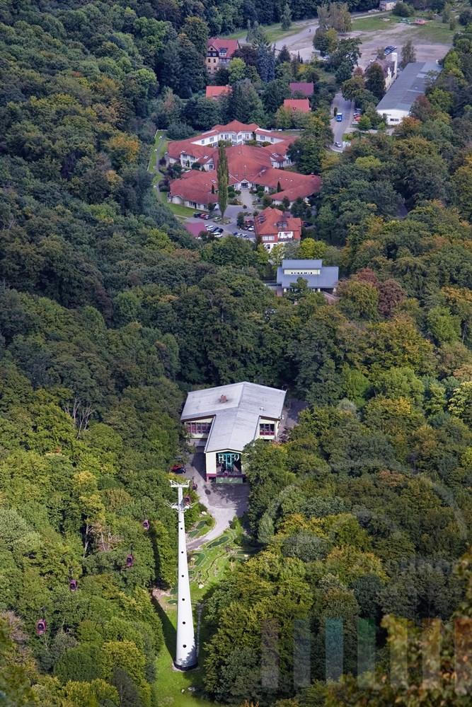 Blick aus einer Gondel der Bodetal-Seilbahn auf die Talstation in der Stadt Thale, sonnig