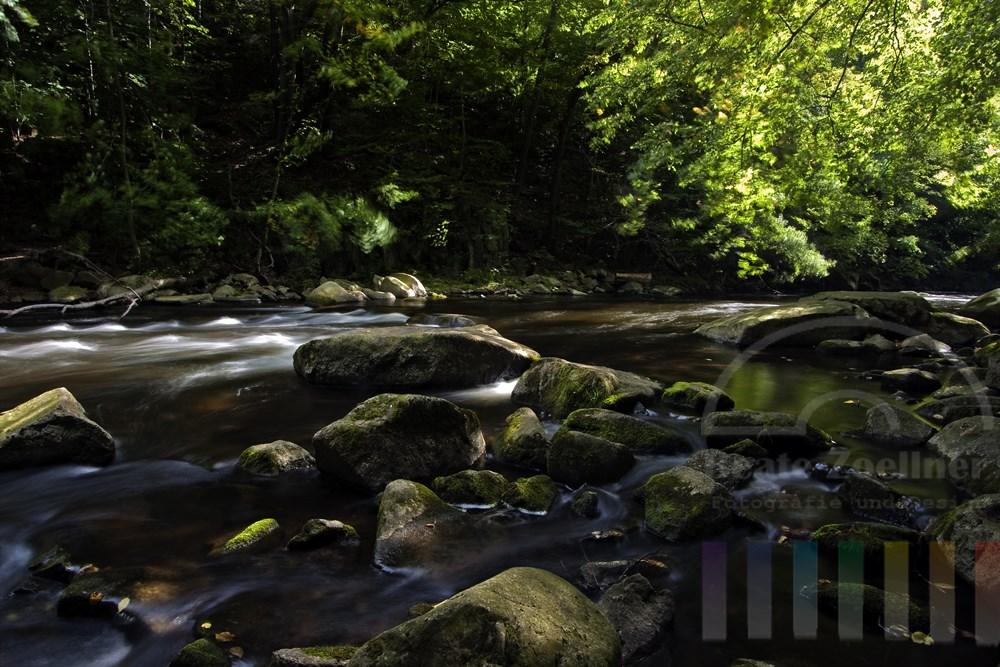 sprudelndes Wasser des Flusses Bode im Ostharz, Langzeitbelichtung
