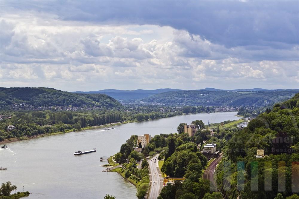 Blick vom Rolandbogen auf den Rhein bei Remagen, Wolkenhimmel