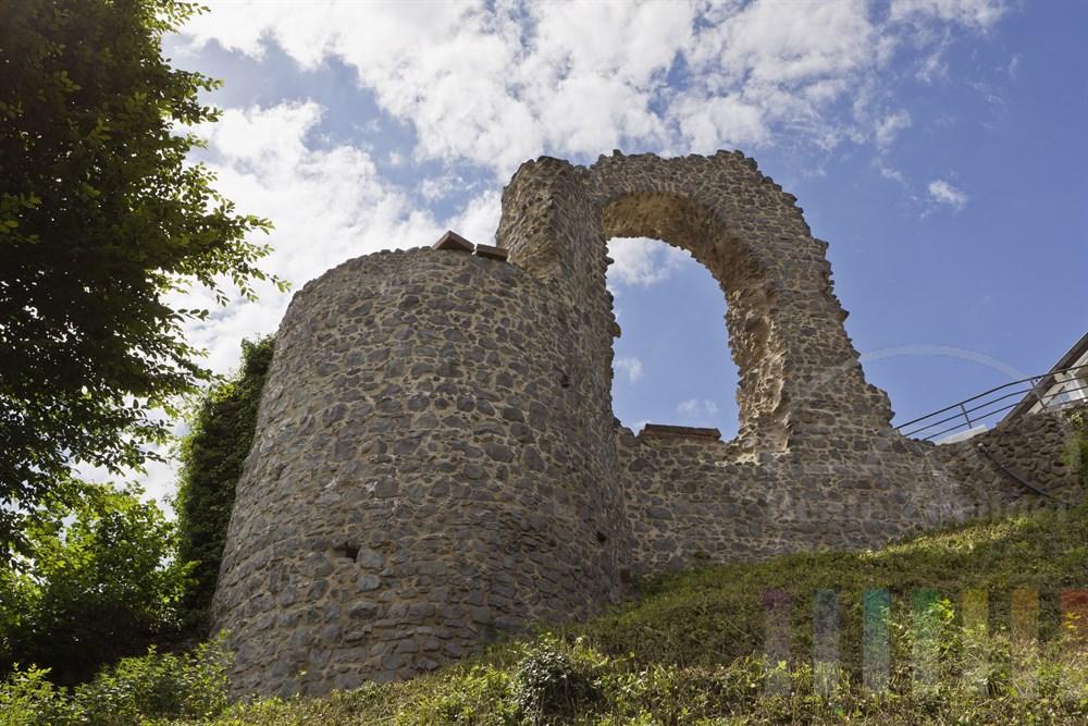 Der Rolandsbogen steht oberhalb von Remagen-Rolandswerth am Rhein an der Grenze von Rheinland-Pfalz und Nordrhein-Westfalen. Die Burgruine markiert den Startpunkt des Rheinburgenweges. Von dort oben hat man einen traumhaften Blick ueber das Siebengebirge am gegenüber liegenden Rheinufer.