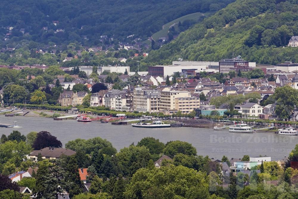 Blick vom Anfang des Rheinburgenweges bei Remagen auf die Stadt Koenigswinter am gegenueber liegenden Rheinufer