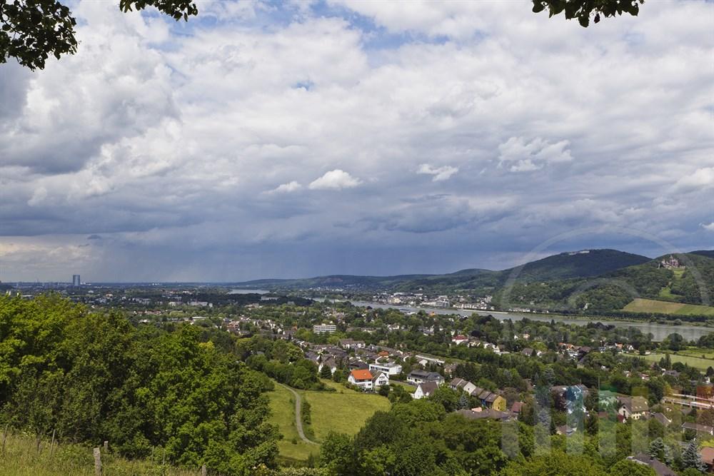 Blick ueber das Rheintal zwischen Bonn und Remagen - am anderen Rheinufer liegt die Stadt Koenigswinter