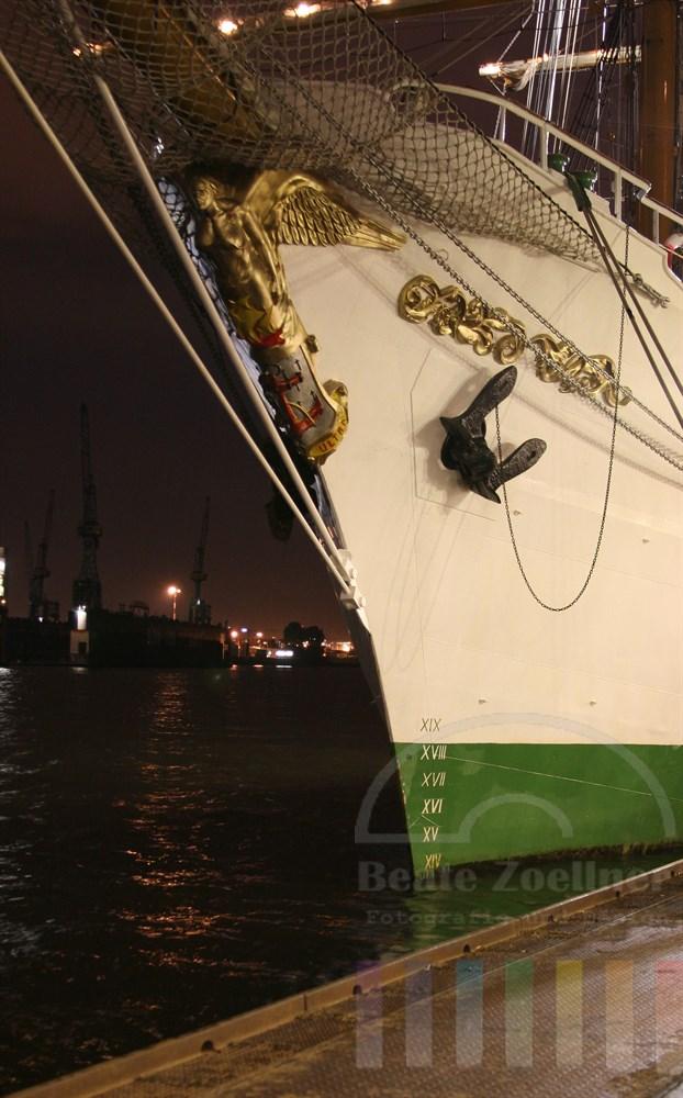 "Hochformat, Nachtaufnahme, Langzeitbelichtung: Bug des kolumbianischen Segelschulschiffes ""Arc Gloria"" an den Hamburger Landungsbrücken"